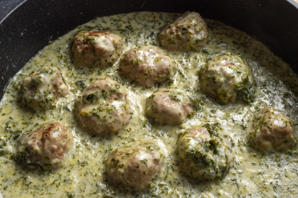 Meatball pasta in creamy green sauce (with kale)